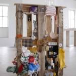 """Danner-Ausstellung 2009 """"Selbstbildnis"""", Europalette und Haushaltsgegenstände, 800 x 1200 x 144 mm"""